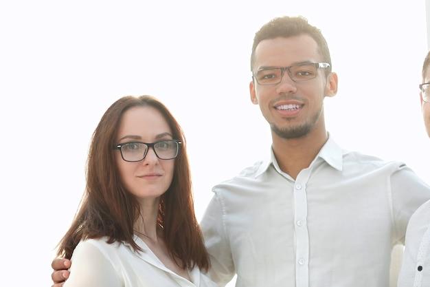 Portret udanego zespołu młodych firm stojących razem. koncepcja współpracy