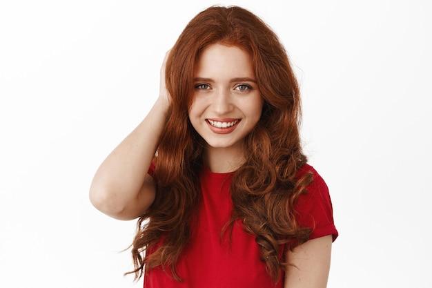 Portret udanej uśmiechniętej rudej kobiety