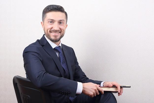 Portret udany uśmiechnięty biznesmen w garniturze