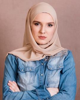 Portret ufna arabska kobieta z jej ręką krzyżującą