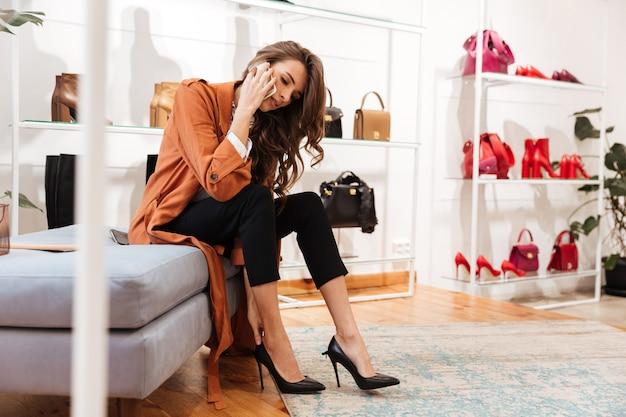 Portret ufna kobieta próbuje na nowych butach