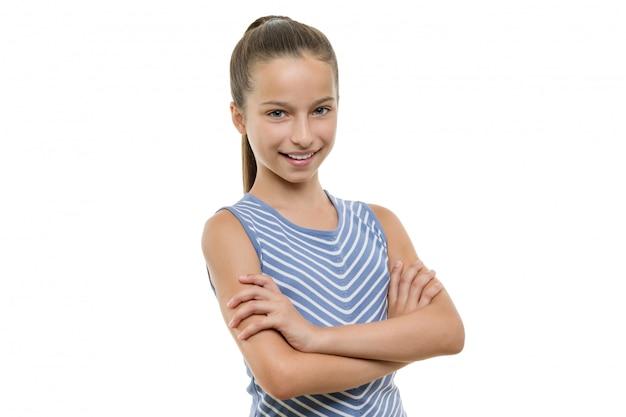 Portret ufna piękna młoda uśmiechnięta dziewczyna