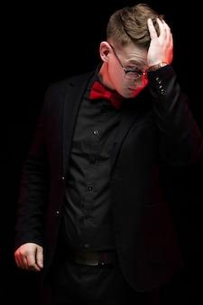 Portret ufnego przystojnego eleganckiego odpowiedzialnego biznesmena mienia myśląca ręka na jego głowie