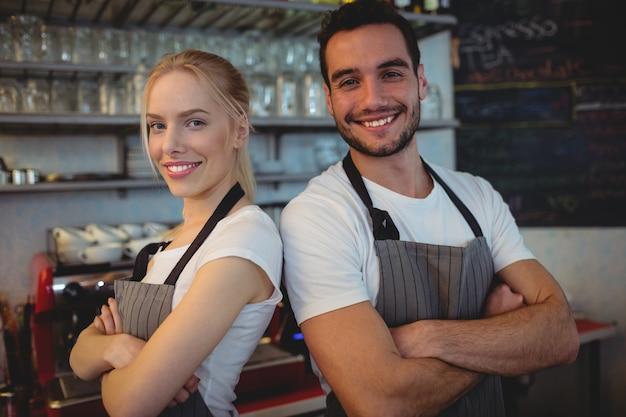 Portret ufni pracownicy przy kawiarnią