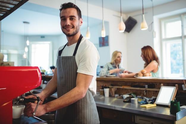 Portret ufny barista przy kawiarnią