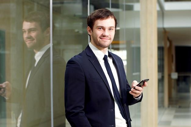 Portret ufny biznesmen w nowożytnym biurze.