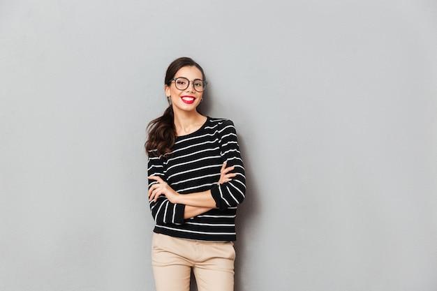 Portret ufny bizneswoman w eyeglasses