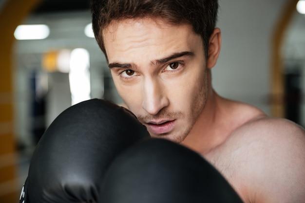 Portret ufny bokser na pierścionku