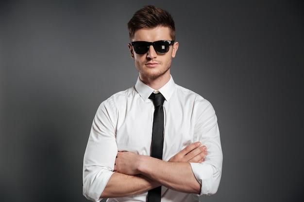 Portret ufny mężczyzna w koszula i krawata pozyci
