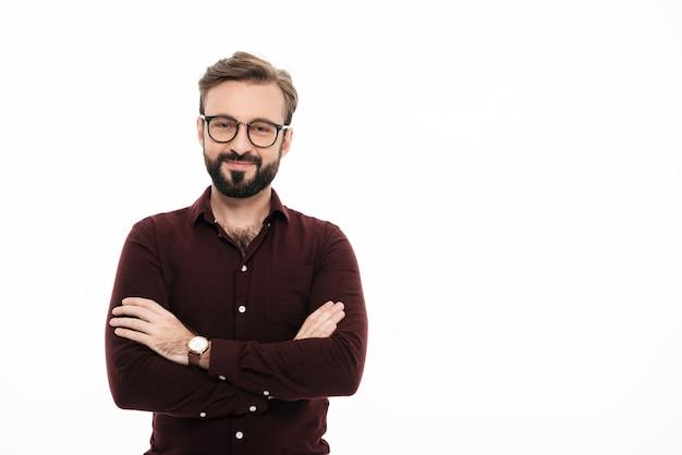 Portret ufny młody człowiek w okularach