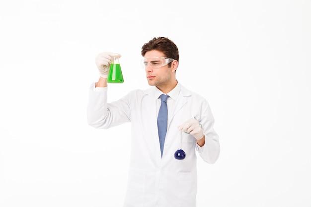 Portret ufny młody męski naukowiec