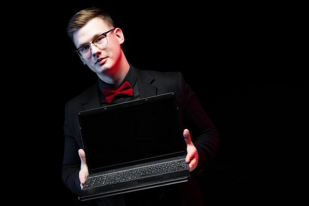 Portret ufny przystojny ambitny szczęśliwy elegancki odpowiedzialny biznesmen oferuje laptop klient klient