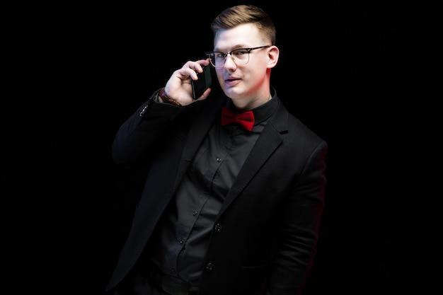Portret ufny przystojny ambitny szczęśliwy elegancki odpowiedzialny biznesmen opowiada na telefonie