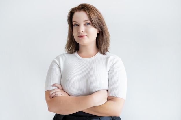 Portret ufny uśmiechnięty bizneswoman