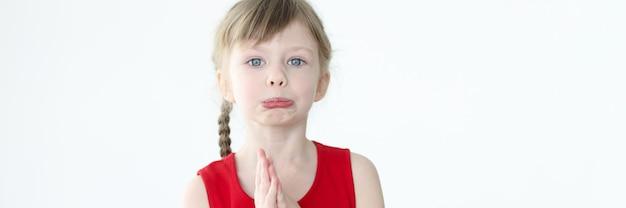 Portret urażonej dziewczynki o blond włosach dziecinne żale przeciwko koncepcji rodziców