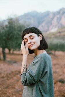 Portret urocza i atrakcyjna śliczna drobna kobieta lub młoda podróżująca kobieta uśmiecha się