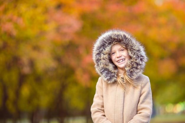 Portret urocza mała dziewczynka outdoors przy pięknym jesień dniem