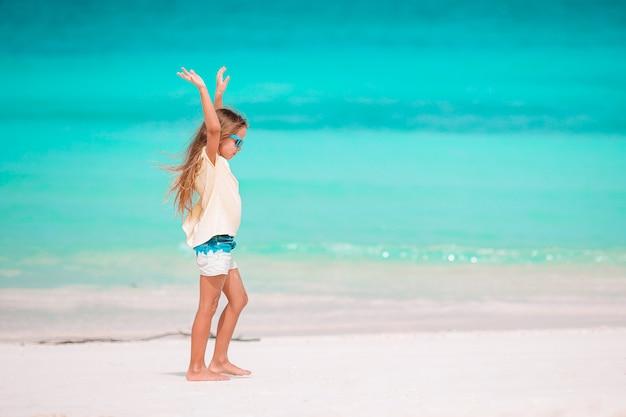 Portret urocza mała dziewczynka przy plażą na jej wakacje