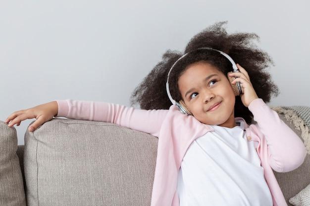 Portret urocza mała dziewczynka słucha muzyka