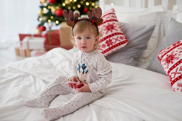 Portret uroczego dziecka z prezentem na boże narodzenie