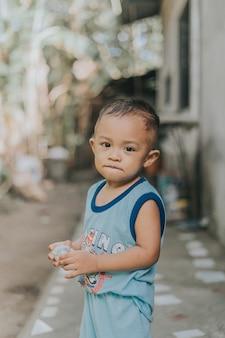 Portret uroczego i szczęśliwego małego filipińskiego dziecka smilling