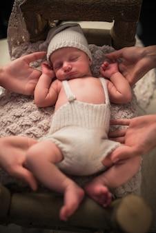 Portret uroczego małego noworodka