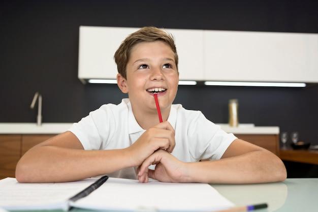 Portret uroczego młodego chłopca myślenia