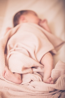 Portret uroczego uroczego białego kaukaskiego noworodka w pieluszce, śpi, marzy