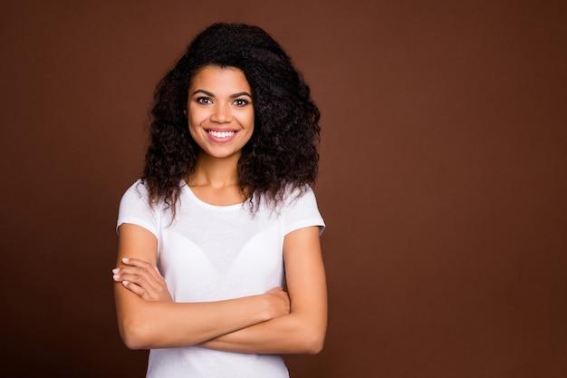 Portret uroczej afro american girl cross ręce dobry wygląd czuć sukces emocje nosić ubrania w stylu casual.