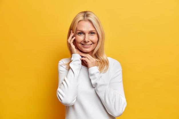 Portret uroczej, atrakcyjnej kobiety w średnim wieku z blond włosami