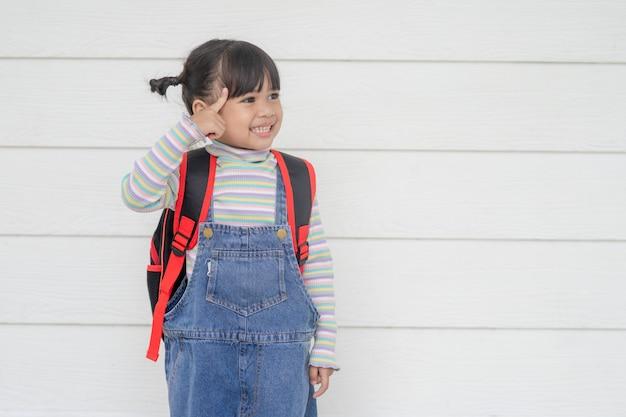 Portret uroczej azjatyckiej dziewczyny myślącej na białym tle