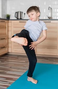 Portret uroczej chłopiec ćwiczy karate