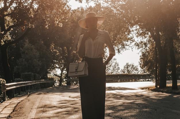 Portret uroczej dziewczyny spacerującej w parku we florencji. pojęcie turystyki, wakacji. włochy. różne środki przekazu