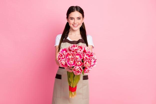 Portret uroczej dziewczyny trzymającej się w rękach dostarczającej bukiet