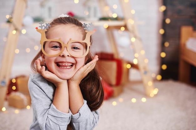 Portret uroczej dziewczyny w śmieszne okulary