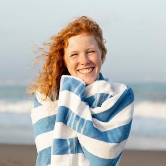 Portret uroczej dziewczyny z uśmiechem