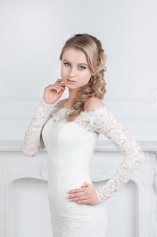 Portret uroczej kobiety w sukni ślubnej