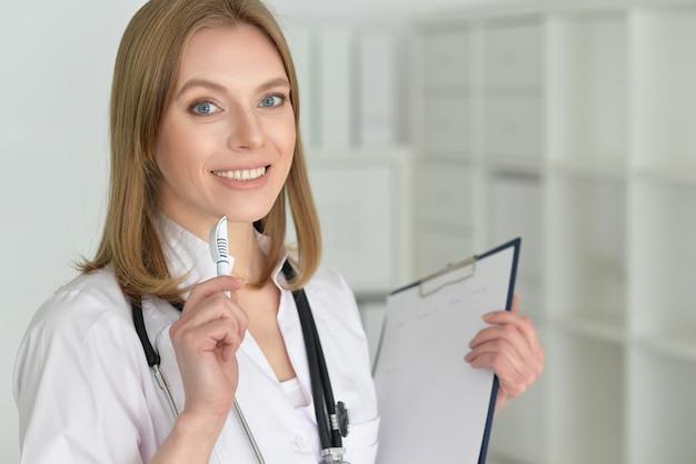 Portret uroczej lekarki z bliska