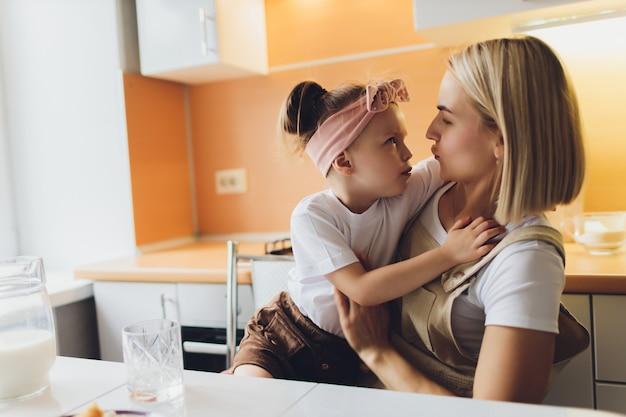 Portret uroczej matki i córki razem przygotowuje córkę w kuchni.