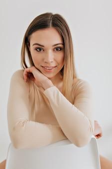 Portret uroczej młodej pięknej kobiety, na białym tle nad białym tle, patrząc na kamery, skoncentrowany wygląd. studio shot piękna twarz kaukaski dziewczyna z naturalnym makijażem