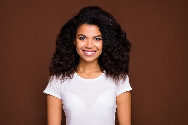 Portret uroczej, uroczej afro-amerykańskiej dziewczyny dobrze wygląda, ciesz się zawartością emocji, noś strój w stylu casual.