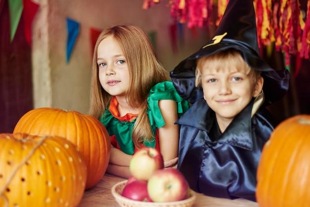 Portret uroczy mały chłopiec i dziewczynka