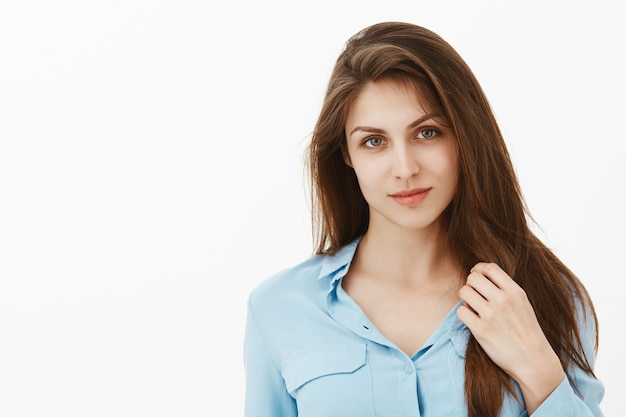 Portret uroczy zalotne brunetka bizneswoman pozuje w studiu