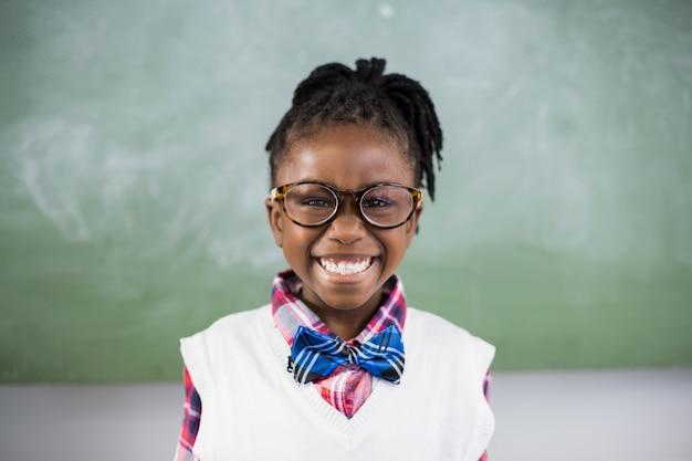 Portret uśmiecha się w klasie uczennica