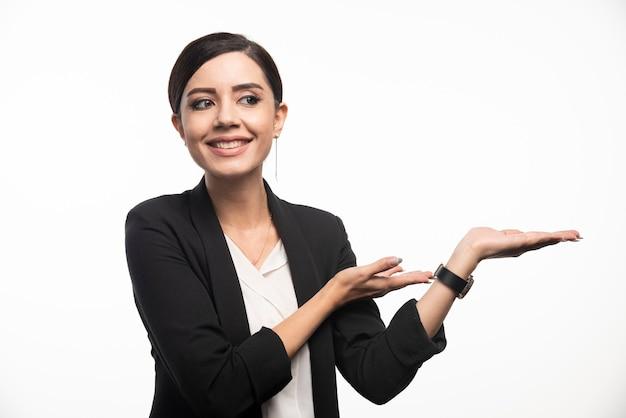 Portret uśmiechający się młody bizneswoman pozowanie.