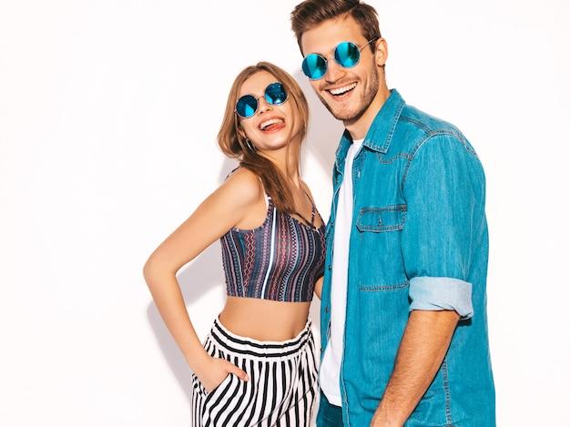 Portret uśmiechający się piękna dziewczyna i jej przystojny chłopak śmiejąc się. szczęśliwy wesoły para w okulary przeciwsłoneczne.