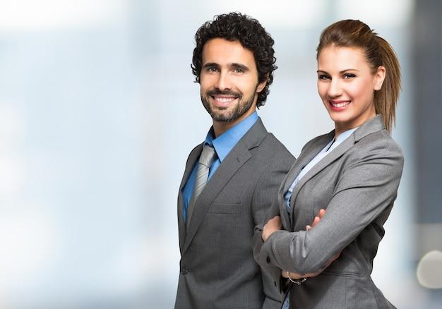 Portret uśmiechnięci ludzie biznesu