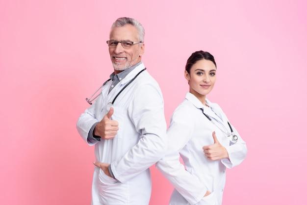 Portret uśmiechnięci męscy i żeńscy lekarki.