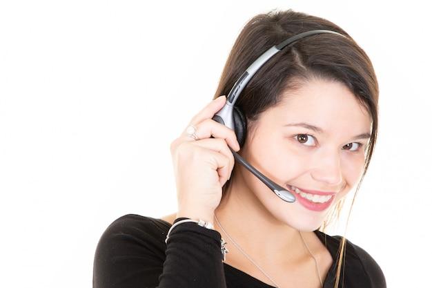 Portret uśmiechnięci rozochoceni potomstwa wspiera telefonu operatora w słuchawki odizolowywającej na bielu
