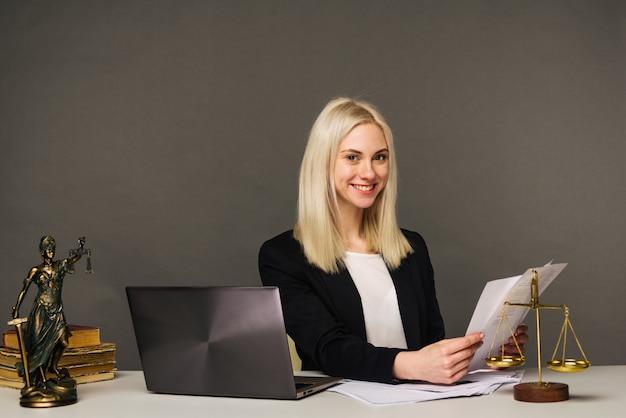 Portret uśmiechnięta bizneswoman patrząc na kamery i uśmiechnięta podczas pracy w biurze